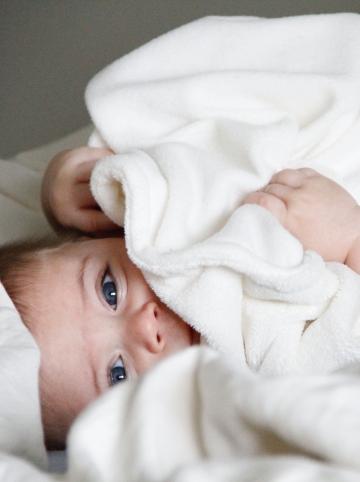 bébé allongé dans une couverture