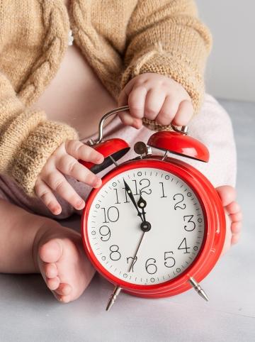 bébé tient un réveil