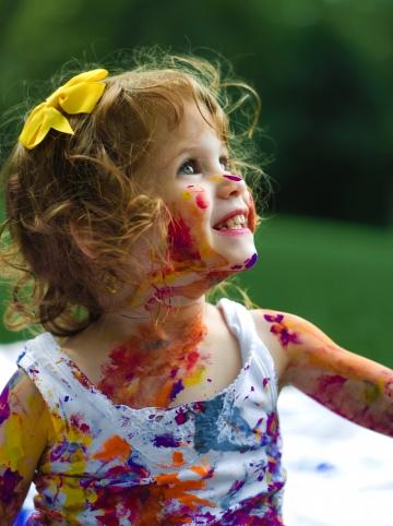 fille sourire peinture dehors