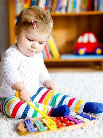 bébé joue un instrument