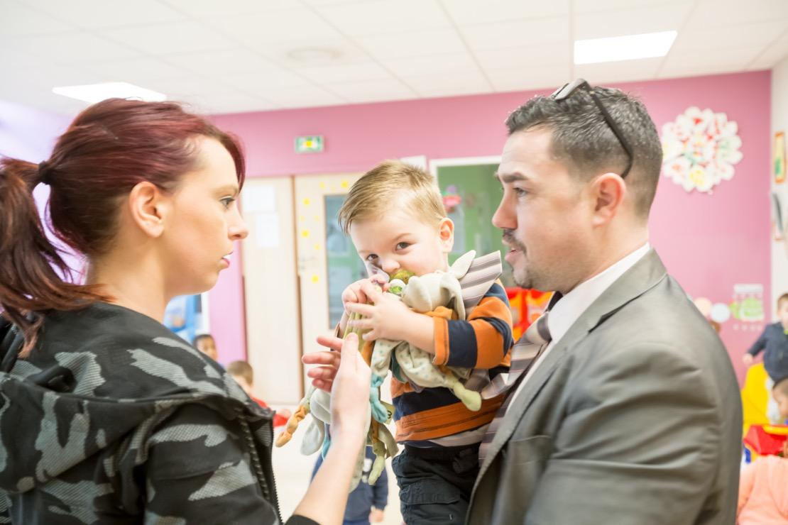 parents et enfant à la crèche
