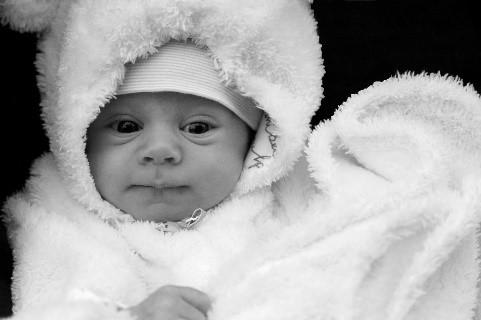 bébé avec manteau