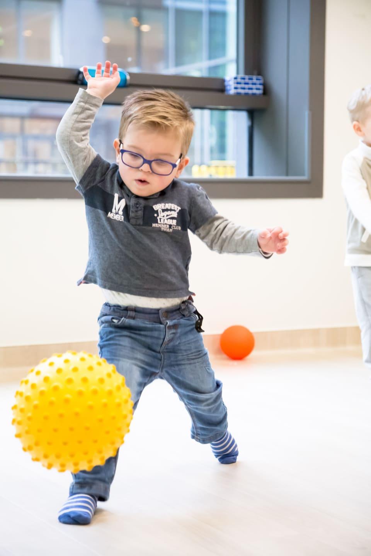 enfant dans la creche joue au ballon