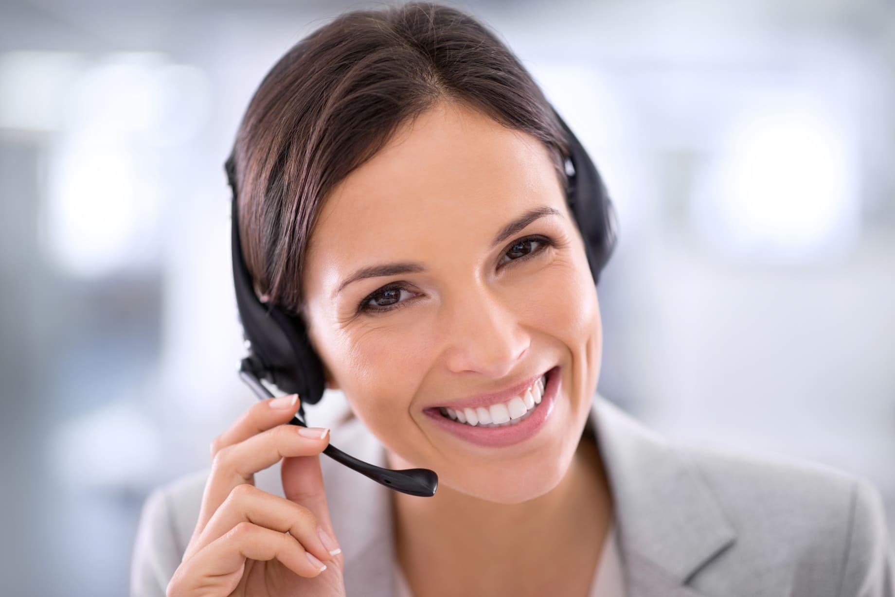 femme sourir téléphone