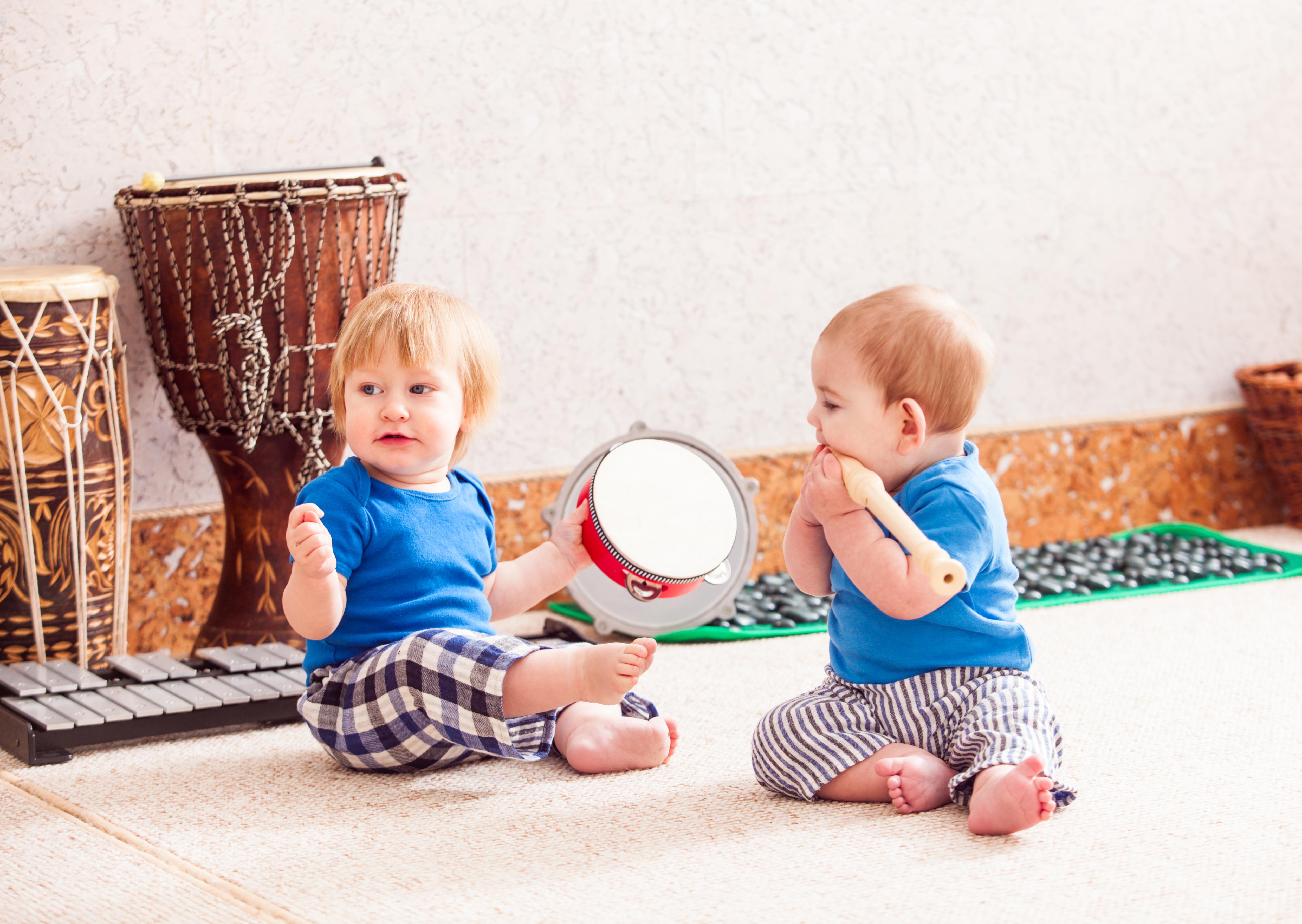 enfants jouant d'un instrument