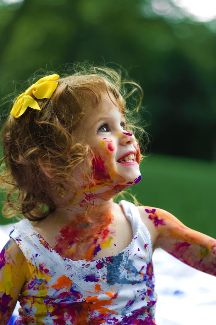 enfant fille peinture jardin