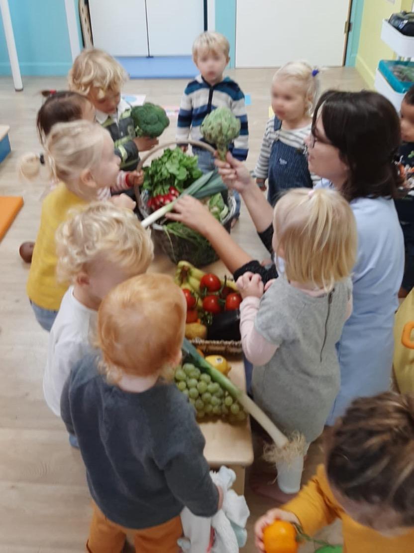 Découverte des fruits et légumes de saison - La Semaine du Gout - Creche Safran à Saint Malo