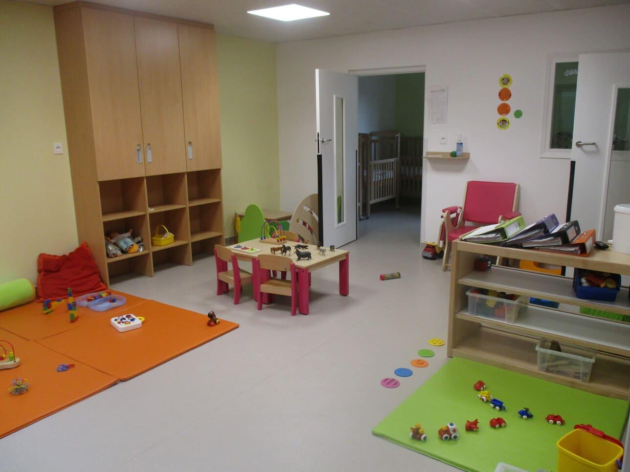 salle de jeux table et jouet