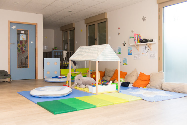espace avec tapis de jeux pour enfant